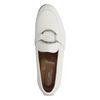 Witte loafers met zilveren ring