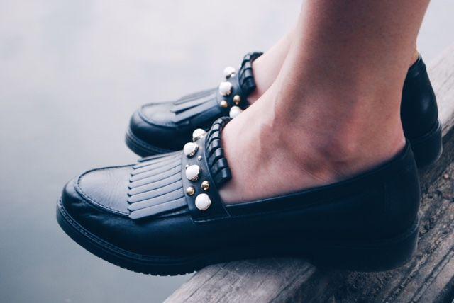 Zwarte loafers met parels en franjes