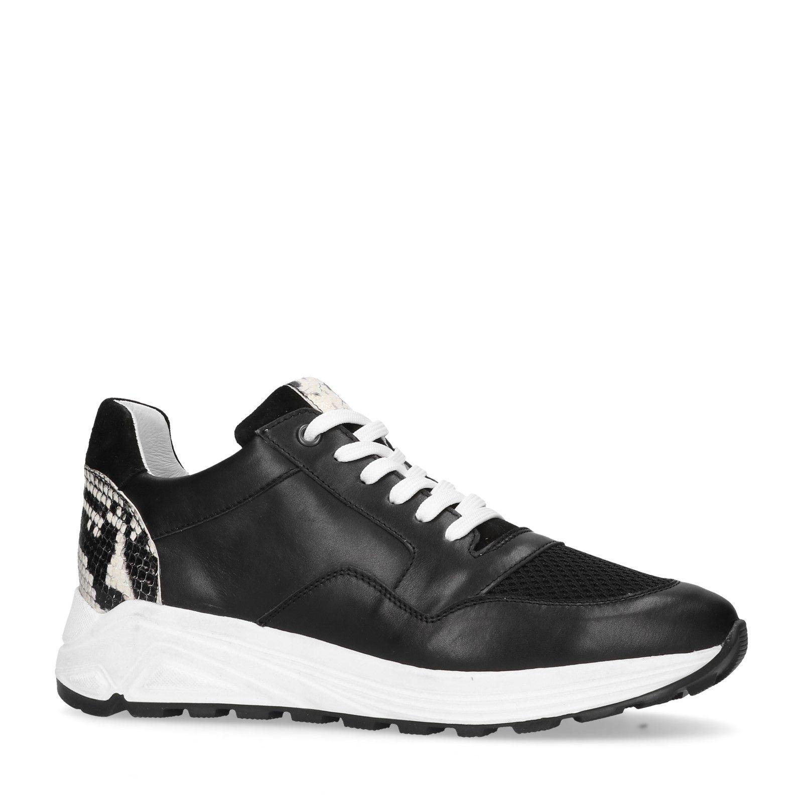 Schwarze Sneaker mit Schlangenmuster