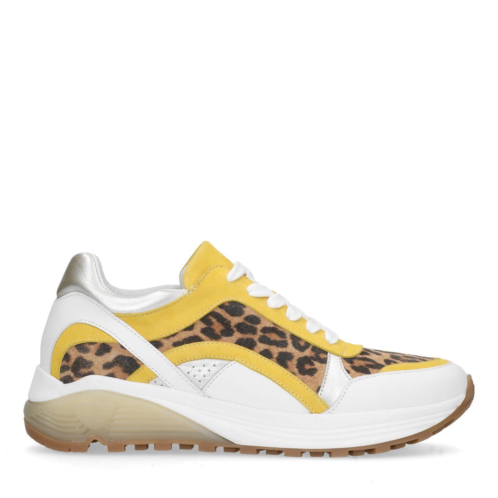 Weiße Sneaker mit Leo Print und gelbem Akzent