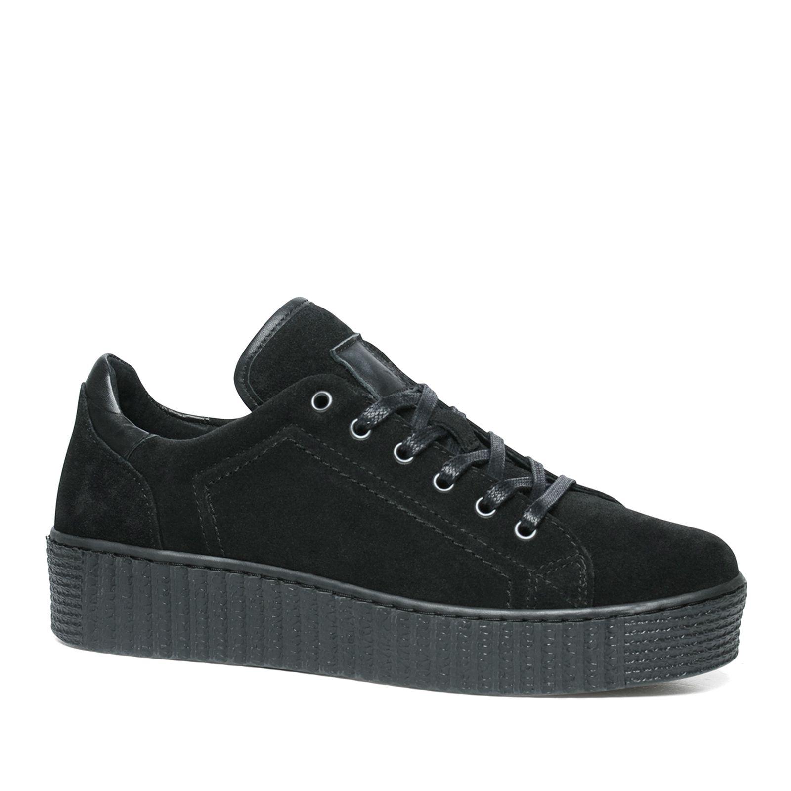 sneakers met zwarte zool