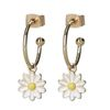 Goldfarbene Ohrringe mit Gänseblümchen-Anhänger