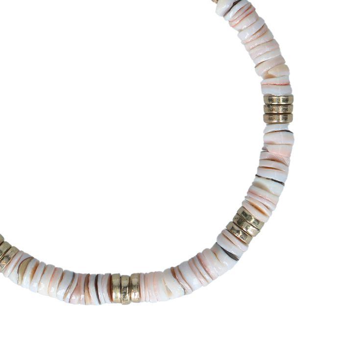 Goldfarbenes Armband mit flachen Perlen