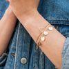 Goldfarbenes Armband mit kleinen Plättchen