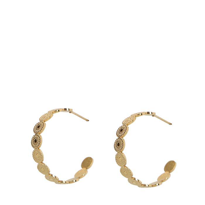 Goldene Creolen mit subtilem Muster