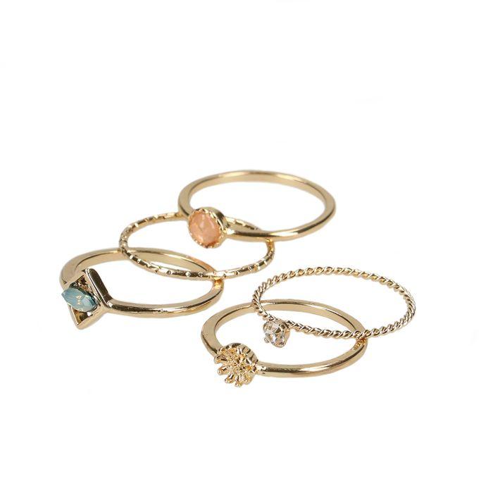 Set van goudkleurige ringen
