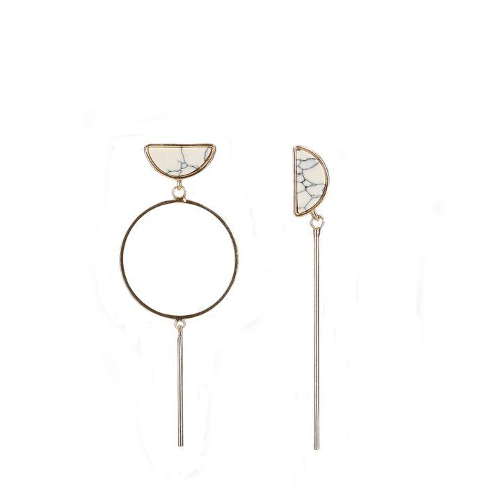 Asymmetrische goudkleurige oorbellen met marmer
