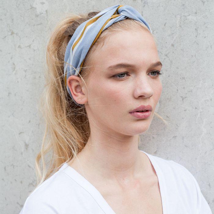 Lichtblauwe haarband met gele strepen