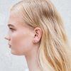 Boucles d'oreille dorée en forme de petite barre