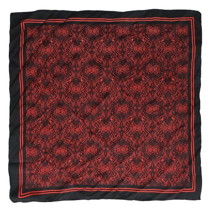Rotes Tuch mit Schlangenmuster