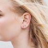 Silberfarbene Ohrringe mit drei Kügelchen