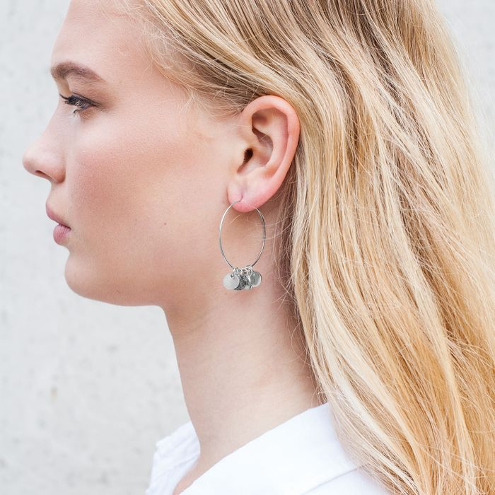 Silberfarbene Ohrringe mit Plättchen