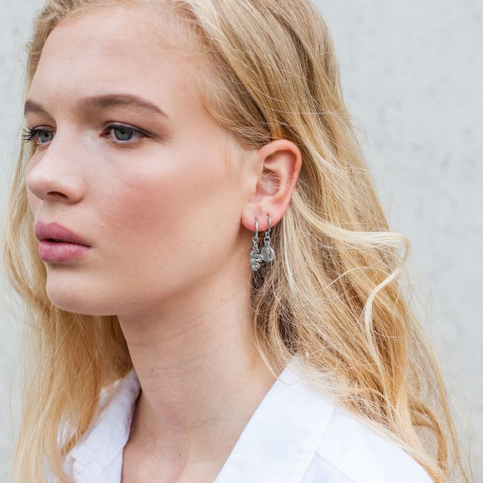 Silberfarbene Ohrringe mit Münz-Anhängern
