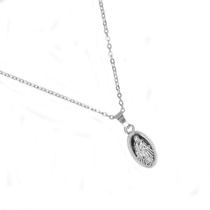 Zilverkleurige ketting met ovale hanger