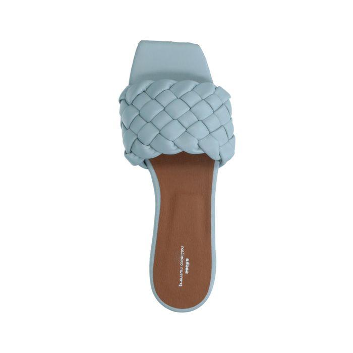 Lichtblauwe slippers met gevlochten detail