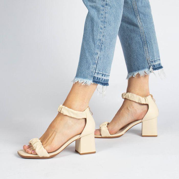 Off white sandalen met geplooide details