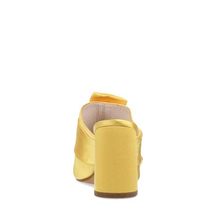Gele satijnen muiltjes met hak
