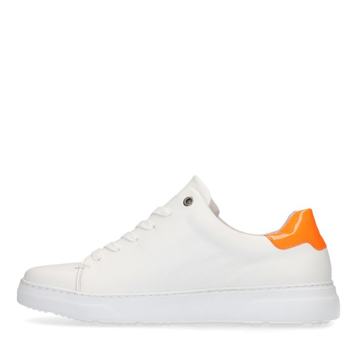 Witte sneakers met oranje detail