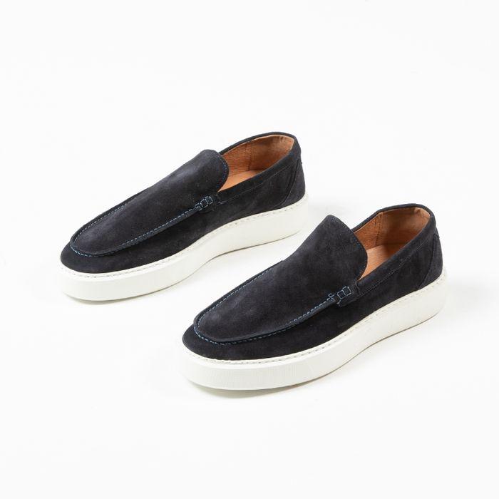 Dunkelblaue Loafer mit weißer Sohle