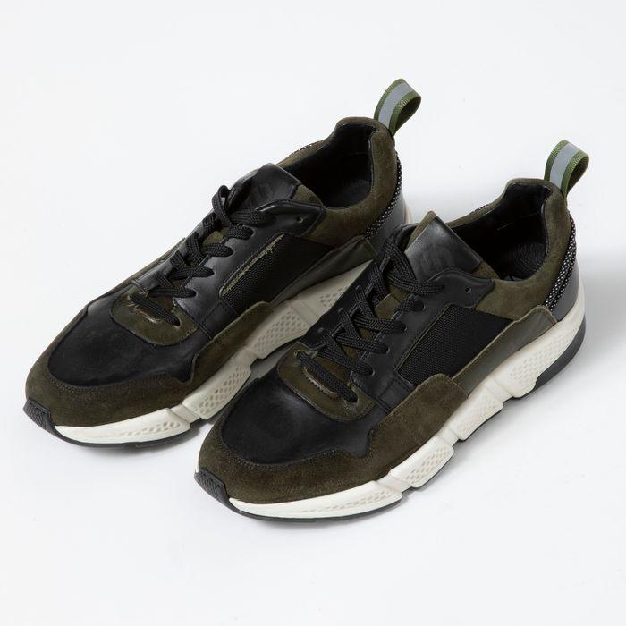 Grüne Veloursleder-Sneaker mit schwarzen Details