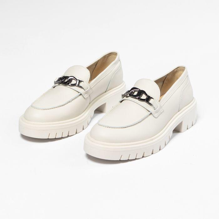 Beigefarbene Loafer mit silberfarbener Kette