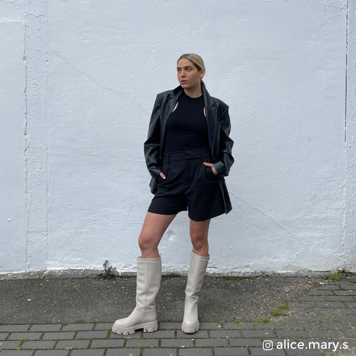 Beigefarbene Stiefel mit Plateausohle