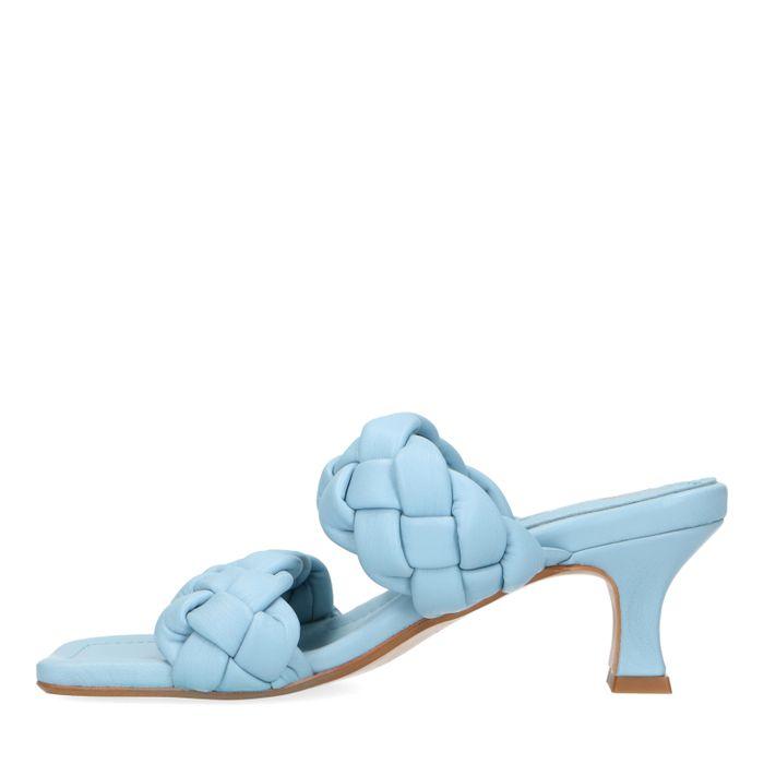 Blaue Leder-Mules mit geflochtenen Riemchen