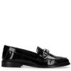 Schwarze Lack-Loafer mit Kette