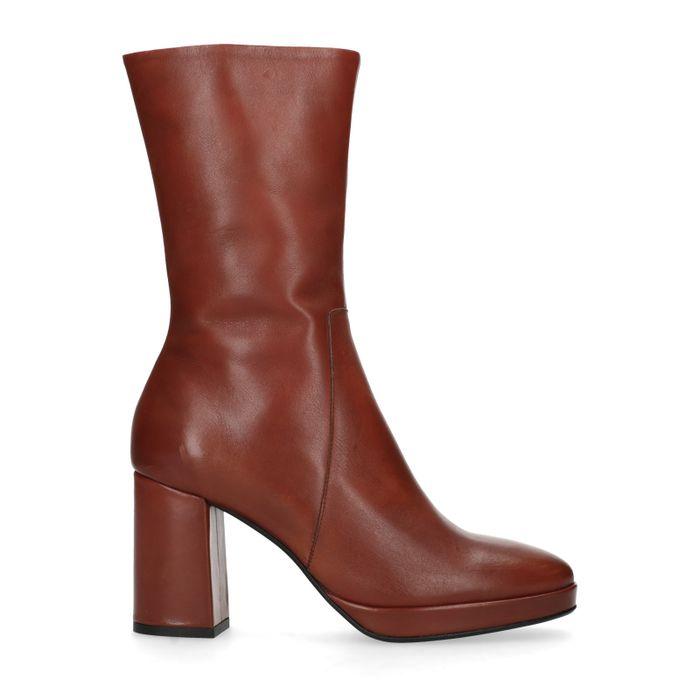 Kurze braune Stiefel mit Absatz