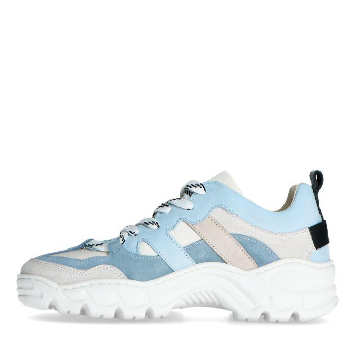 Hellblaue Dad-Sneaker mit Details