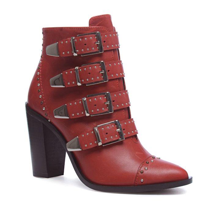 Rote Stiefeletten mit Nieten und Schnallen