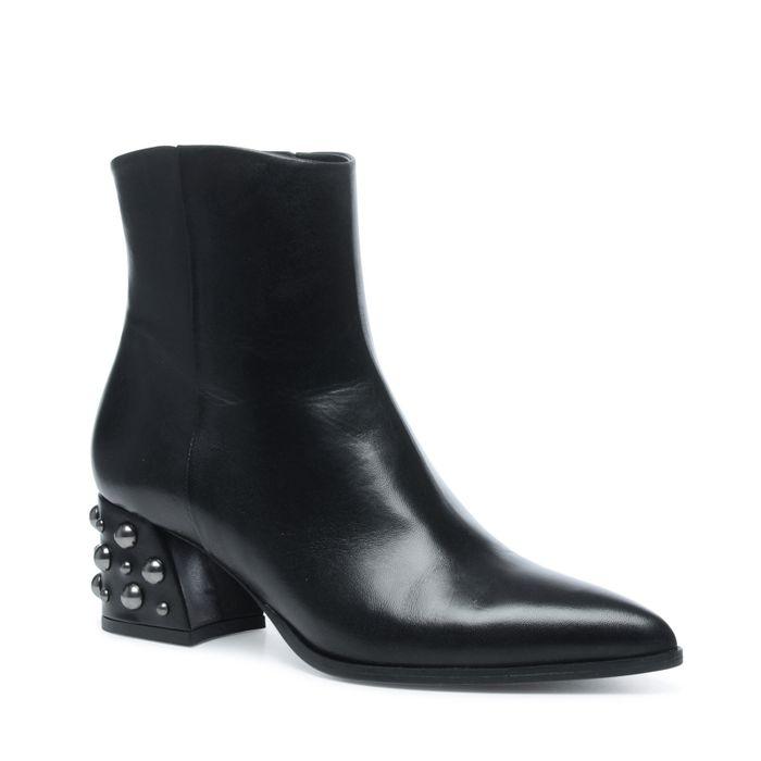 Schwarze Stiefeletten mit Nieten und spitzer Kappe