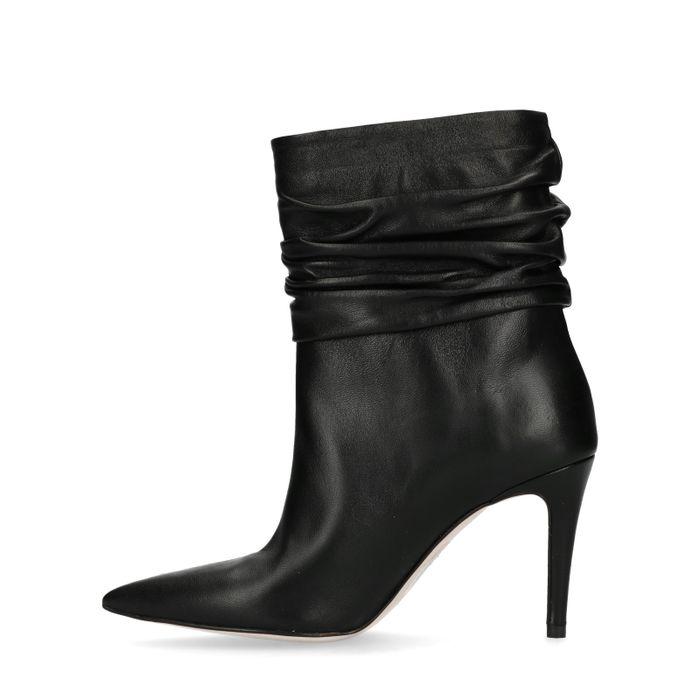 Kurze schwarze Stiefel mit Pfennigabsatz