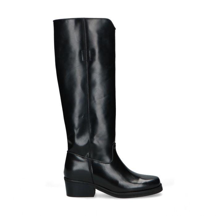 Hohe schwarze Stiefel