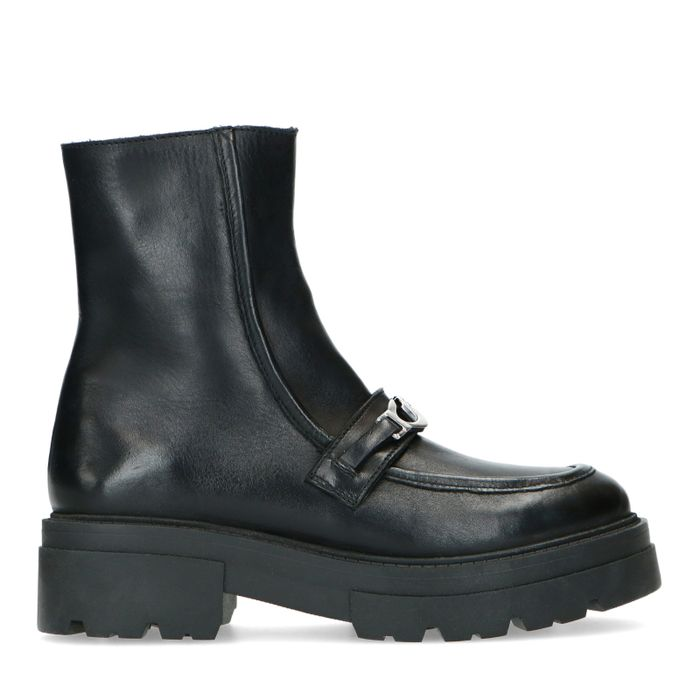 Schwarze Leder-Stiefeletten mit silberfarbener Kette