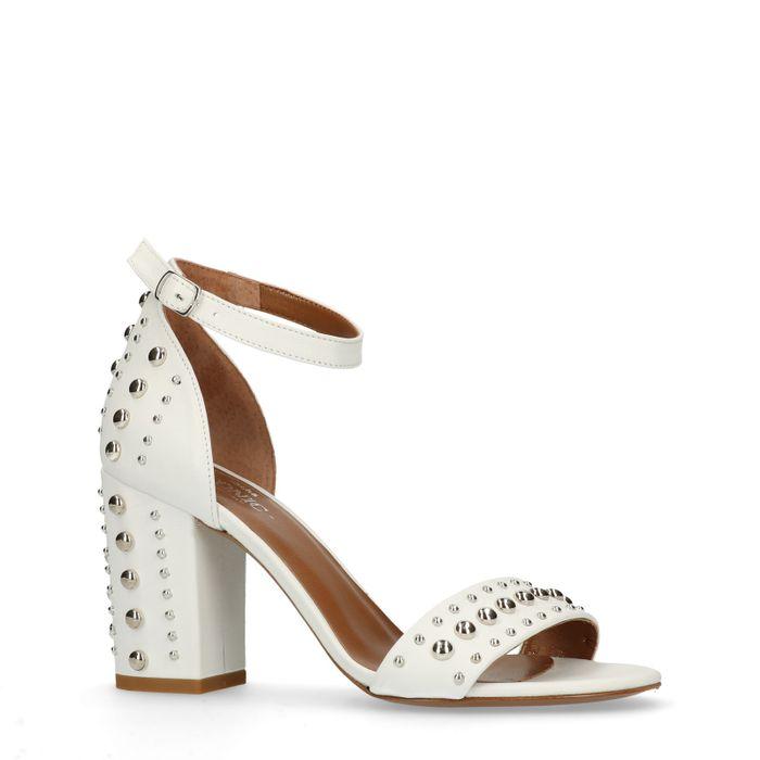 Weiße Sandaletten mit Nieten