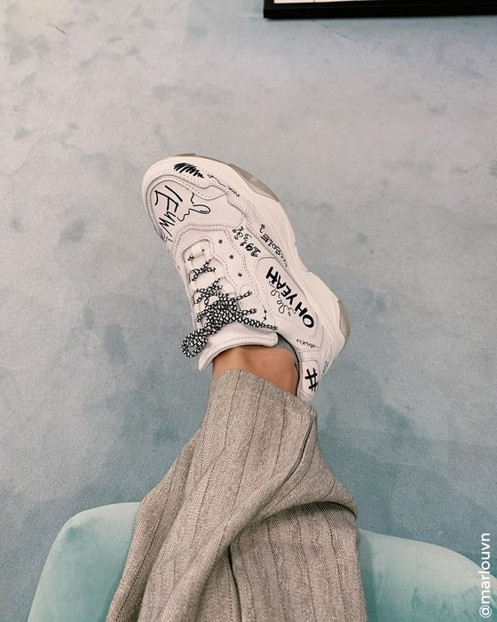 Weiße Dad-Sneaker mit Aufschrift