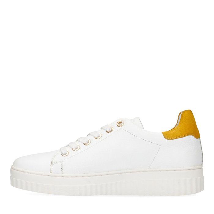 Weiße Sneaker mit gelbem Detail