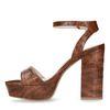Cognacfarbene Sandaletten mit Blockabsatz und Krokomuster