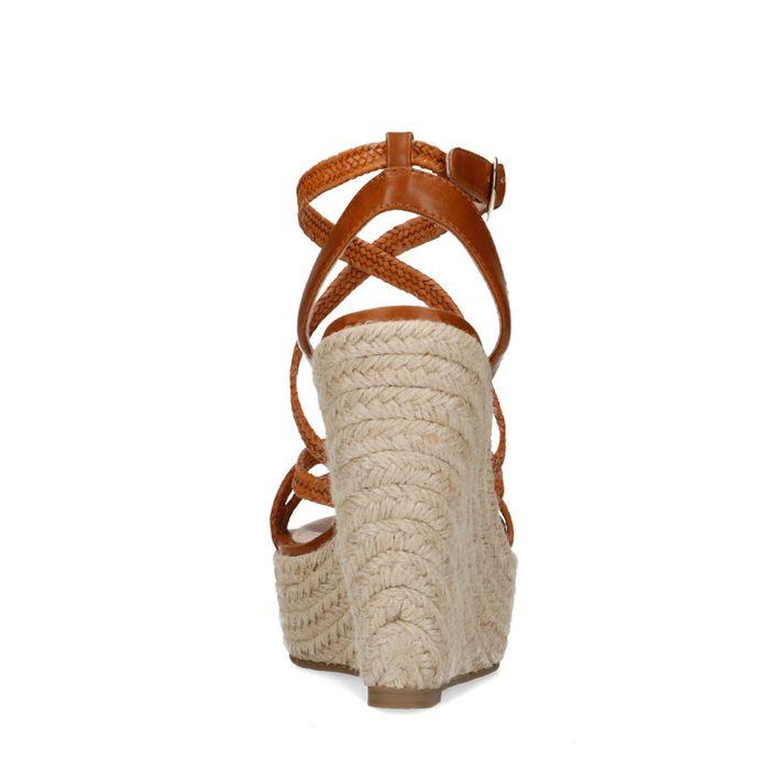 Cognacfarbene Keilsandaletten mit geflochtenen Riemchen