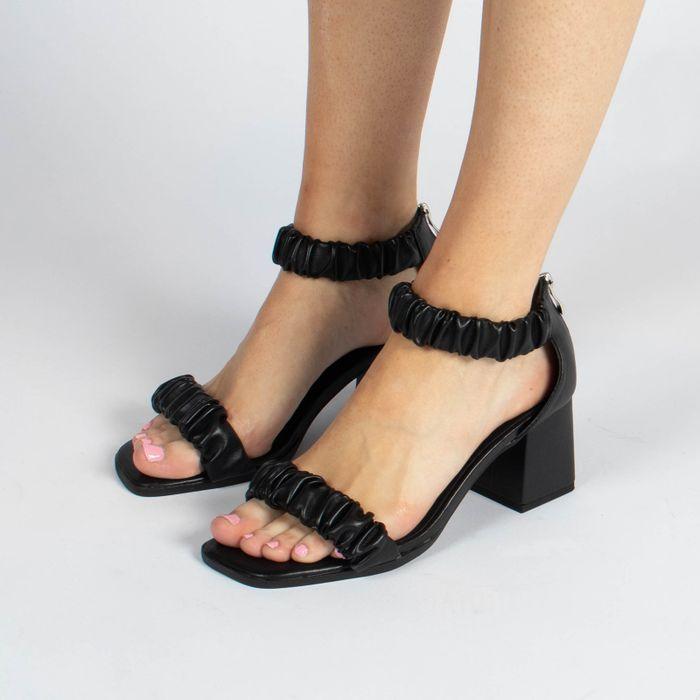 Schwarze Sandaletten mit Falten-Details