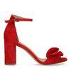 Rote Sandaletten mit Rüschen