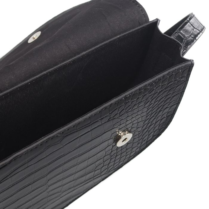 Schwarze Tasche mit Krokomuster