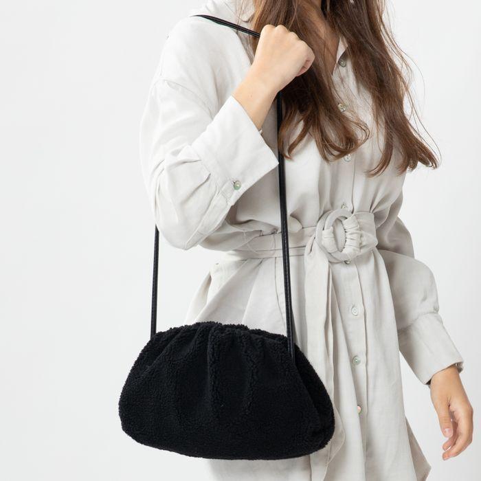 Schwarze Tasche in Teddy-Optik