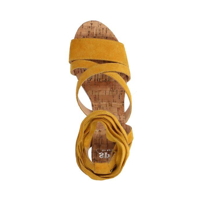 Sandales en daim avec talon cubain - jaune ocre